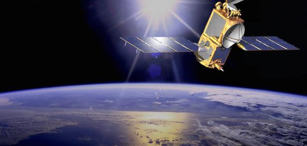 صورة لماذا لا يسقط القمر الصناعي , ما معني القمر الصناعي